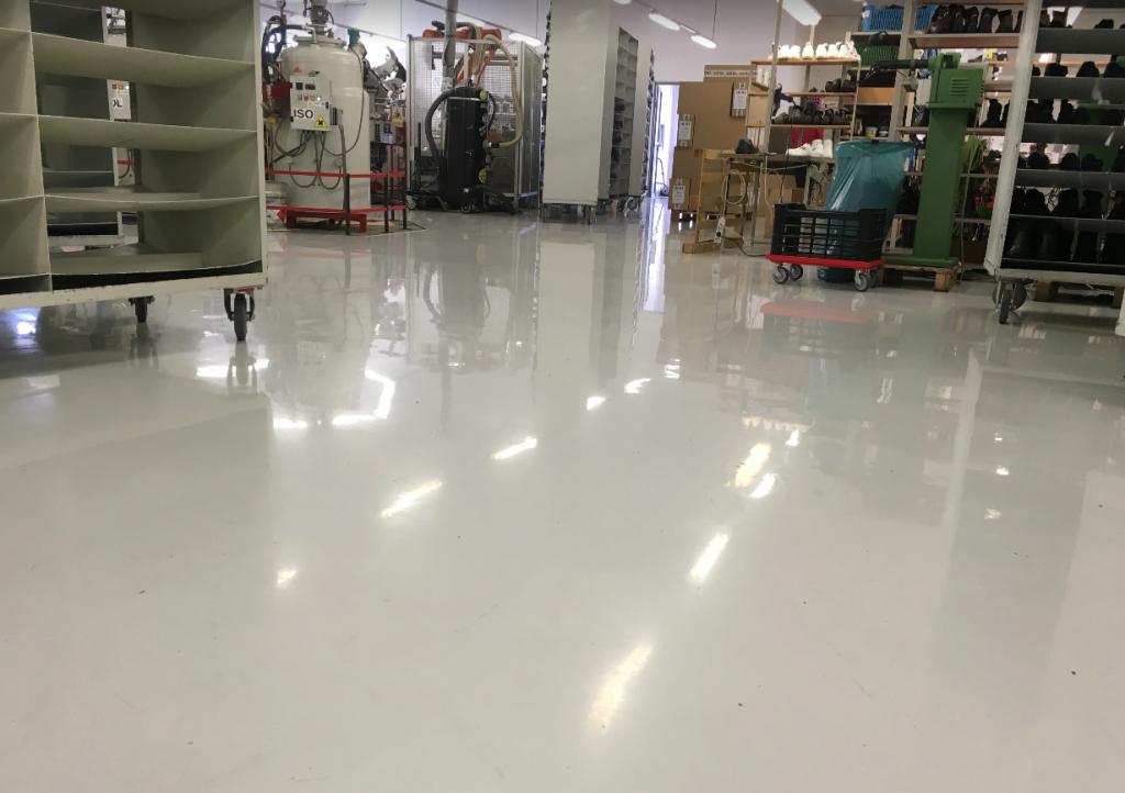 Liate priemyselné podlahy vo výrobnej hale